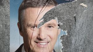 En riven valaffisch för Nicolas Dupont-Aignan inför presidentvalets andra omgång.