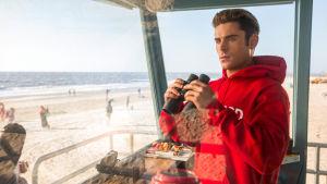 Matt Brody (Zac Efron) står i livvaktstornet och spanar med en kikare i handen.
