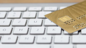Kreditkort på tangentbord.