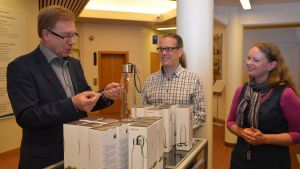 Lojos stadsdirektör Simo Juva lottar ut 20 vattenflaskor medan persontrafiklogistiker Tapio Heinonen och personaldirektör Noora Nordberg ser på.