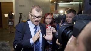 Statsminister Juha Sipilä pratar med journalister 12 juli i Helsingfors.