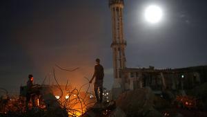 Palestinska ungdomar i ruinerna efter sitt förstörda hem i Gaza 27.9.2015. Över 100 000 palestinier är fortfarande hemlösa efter ett år efter kriget i Gaza 2014.