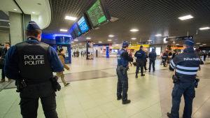 Poliser patrullerar bland annat på tågstationer i Bryssel