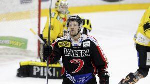 Anssi Löfman firar sitt mål mot KalPa.