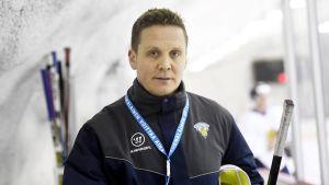 Lauri Marjamäki följer träning i avbytarbåset.