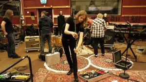 Anssi Kela yhtyeineen pystyttää kamoja M1-studiossa -taltiointia varten