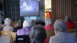 Filmvisning på äldreboendet Aftonro i Iniö