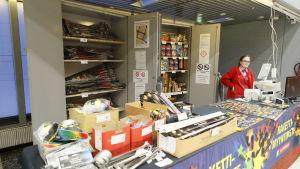 Försäljning av fyrverkeripjäser i Citymarket.