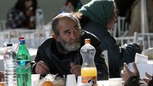 En grekisk man i ett soppkök i Aten på nyårsdagen.