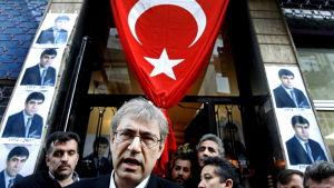 Den turkiska författaren Orhan Pamuk när han lämnar den dödade turkiska journalisten Hrant Dinks Hus 2007