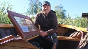 Tobias Udd i sin träbåt.