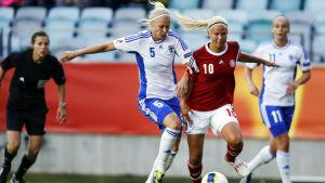 Tiina Saario och Pernilla Harder kämpar om bollen.