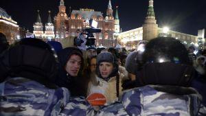 Över hundra personer togs fast av kravallpolisen i demon mot domen mot oppositionsledaren Aleksej Navalnyj i Moskva den 30 december 2014.