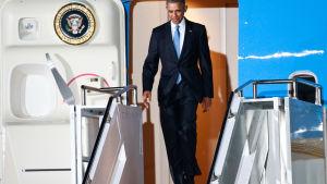 USA:s president Barack Obama inleder sitt besök i Kenya. Obama stiger av planet på Jomo Kenyatta International Airport i Nairobi den 24 juli.