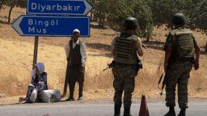 Turkiska soldater väntar vid Diyarbakir.