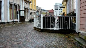 Hanna-Marias terrass är bred och byggd av trä. vita staket i kring.