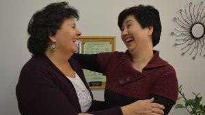 Lilian Ivars och Thuy Le Luu omfamnar varandra