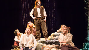 Scen ur VNF:s teaterlinjes Sju bröder