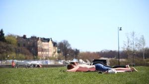 Solande människor på gräsmatta.