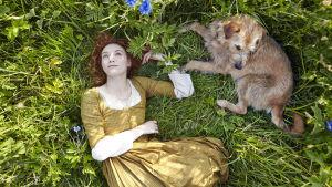 Delmelza (Eleanor Tomlinson) koiransa kanssa
