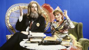 Tuubi-ohjelman juontajat Bubi Ponsivuori (valepukuinen Hector peruukissa ja tekoparrassa) ja Outi Popp vuonna 1982.