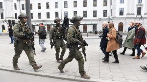 Svenska säkerhetsstyrkor i centrala Stockholm efter terrorattentatet den 7 april 2017.