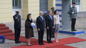 Det svenska kungaparet tillsammans med det finlänska presidentparet utanför presidentens slott.