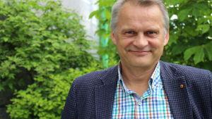 Markku Wilenius vihreässä luonnossa.