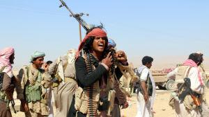 Regeringsstyrkor som stöds av Saudiarabien rycker fram mot rebellställningar både i norr och söder.
