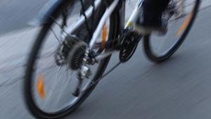 En cyklist cyklar.