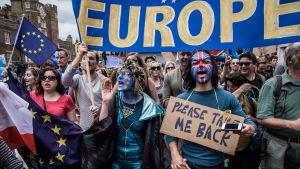 Demonstranter i London vill att Storbritannien stannar kvar i EU.