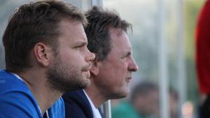 Peter Lundberg och Pekka Lyyski i samarbete vid IFK:s bänk.