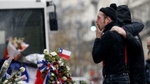 Eagles of Death Metals frontfigur Jesse Hughes sörjer offren i terrorattackerna i Paris, 8 december 2015.