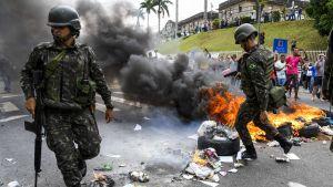armén släcker bränder som tänts på gatan i espirito santo