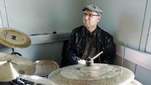 Thomas Törnroos spelar trummor i flera band.