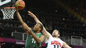 Kevin Love försöker blockera motståndarens skott.