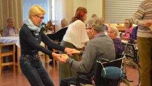 Det ordnades en bal fö äldre i Borgå