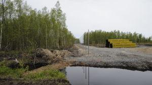 Stängsel som håller på att byggas vid det planerade kärnkratsbygget i Hanhikivi, Pyhäjoki