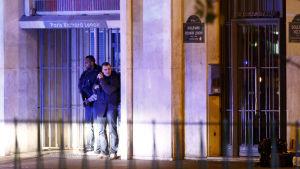 Polisen tar skydd utanför konserthuset Bataclan.
