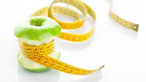 Omena jonka ympärillä mittanauha.