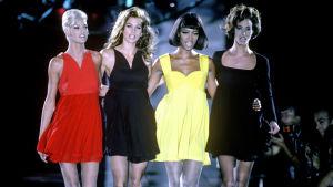 Fyra fotomodeller på catwalken
