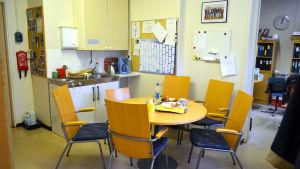 Lärarrummet i Sjökulla skola i Kyrkslätt. Dimensionerat för tre, används av tio lärare.
