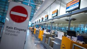 Det internationella flygfälteltet i München under strejk.