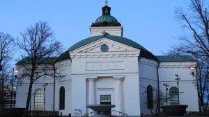 Hämeenlinnan kirkko iltavalaistuksessa
