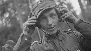 Rynnäkkötykin ampuja , korpraali Mauri Kokkonen. Tilillään 7 tuhottua vihollispanssaria Talissa ja Portinhoikassa. Kilpeenjoki 9. heinäkuuta 1944.