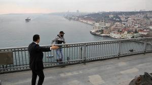 President Erdogans livvakt övertalar självmordskandidat att klättra upp och tala med presidenten 25.12.2015