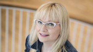En blond kvinna med glasögon. Hon heter Päivi Niemi-Laine.