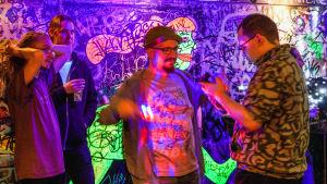 Folk på dansgolvet under en Vaporwave-klubb på baren Eerikinkatu 11.