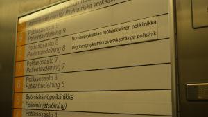 Skylt som visar var barn- och ungdomspsykiatrins svenska poliklinik vid Hucs finns.