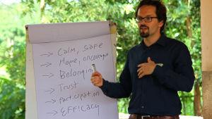 Ferdinand Garoff utbildar personal för röda korset i Sierra Leone efter ebola-utbrottet i västafrika.